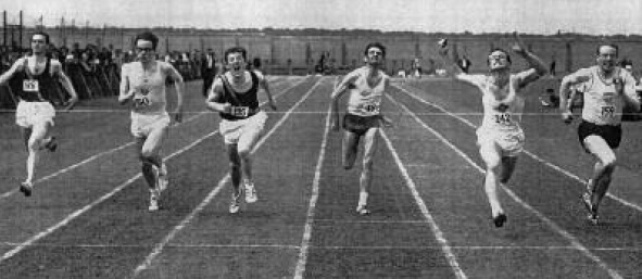 Hugo Duggan extreme right winning the Guinness 100